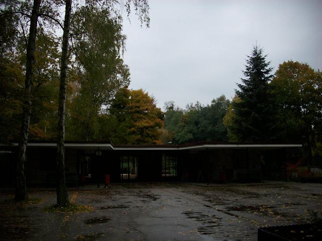 Wejście do Nowego Zoo - pusto, mokro i pochmurno, nic, tylko zwiedzać!