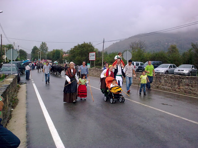 Gente desfilando
