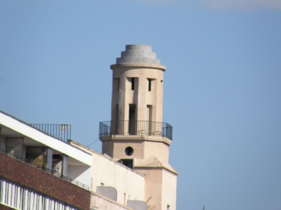 A Károly körút 5/A-ban eladó a város fölé magasodó kis nyolcszögletű torony, legalábbis erre hívja fel a figyelmet a vaskorlátra erősített házilag készült puritán molinó - már ha valakinek véletlenül olyan magasba téved a pillantása. A lepelre felsprézett mobilszám hívása után rögtön kiderül: a hatemeletes épület sarkára a század elején felhúzott építményt Szirtes András filmrendező árulja egy hónapja, és az akciót jókora médiaérdeklődés övezi, a szombatra szervezett ingatlanbejárásra több lap, és egy tévéstáb is bejelentkezett. A tuaregjelmezbe bújt rendezőt nem rázza meg, hogy a tévések végül nem jöttek el, az amúgy sem tágas toronyban így is folyvás összeütközve kerülgetik egymást a panorámától elállt lélegzetű fotósok.