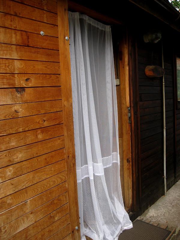 Widok na wejście do domku