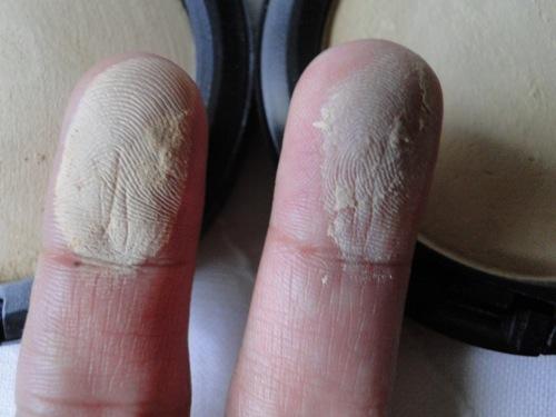 mineralize e blot swatches nos dedos.JPG