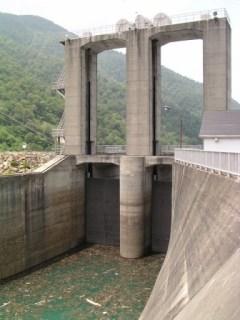 ダム湖側ゲートを望む
