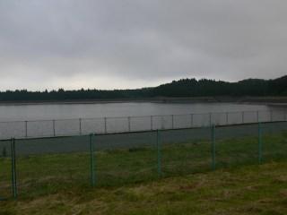 北側より堤体・ダム湖を望む