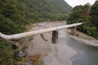 左岸より水圧鉄管を望む