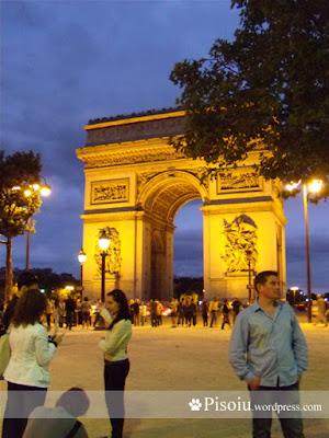 Arcul de Triumf noaptea, vedere dinspre Champs Elysees