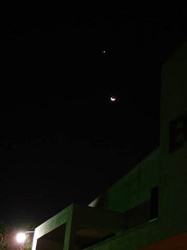 La Luna y Venus con el Sol ya bajo el horizonte