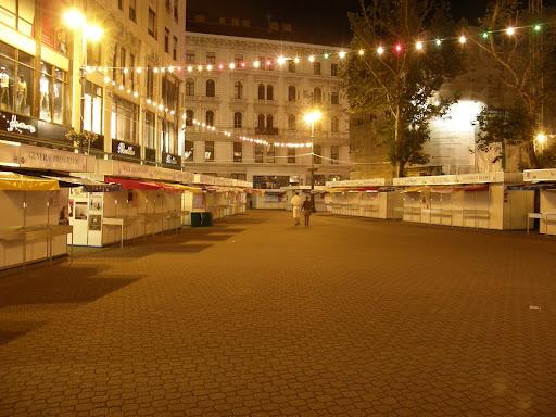 Vörösmarty tér, este