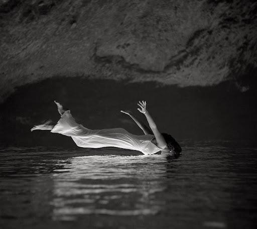 Mujer flotando en el agua, de Toni Frisell (1957) girada 180º