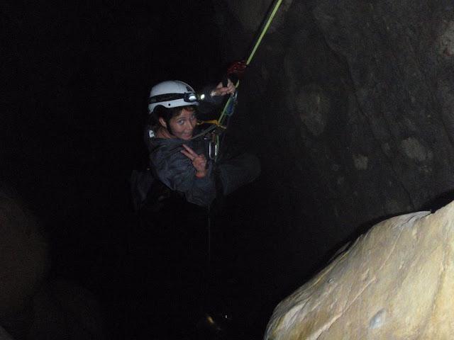Mamen terminando de ascender el pozo de 19 m.