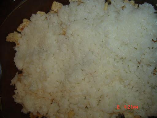 نضع طبقة من الأرز فوق الخبز
