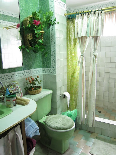 Our mint-y bathroom in Baños
