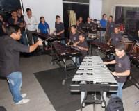 Víctor Villarroel, integrante de la fila de percusión de la Sinfónica Simón Bolívar, forma a los chicos del ensamble de percusión de Puerto Ordaz