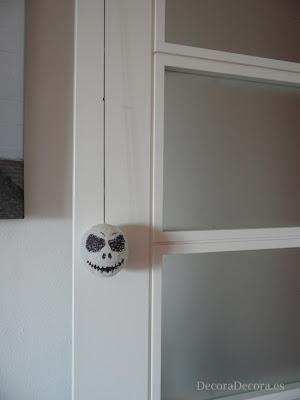 Idea para decorar una puerta en Halloween.