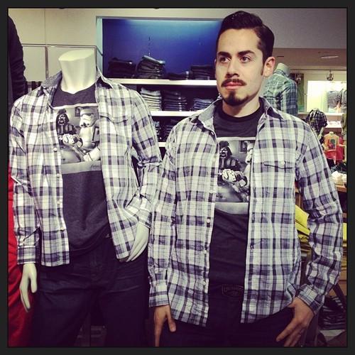 #撞衫也是一種樂趣:溫哥華男子就是愛到店跟假人模特兒撞衫 1