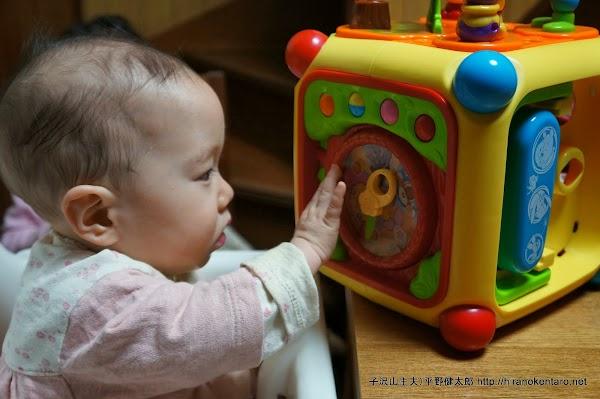おもちゃに興味を示す三女