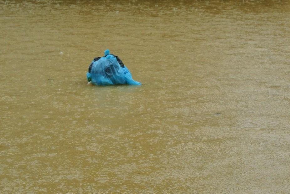 calle del hotel en hoi an inundada