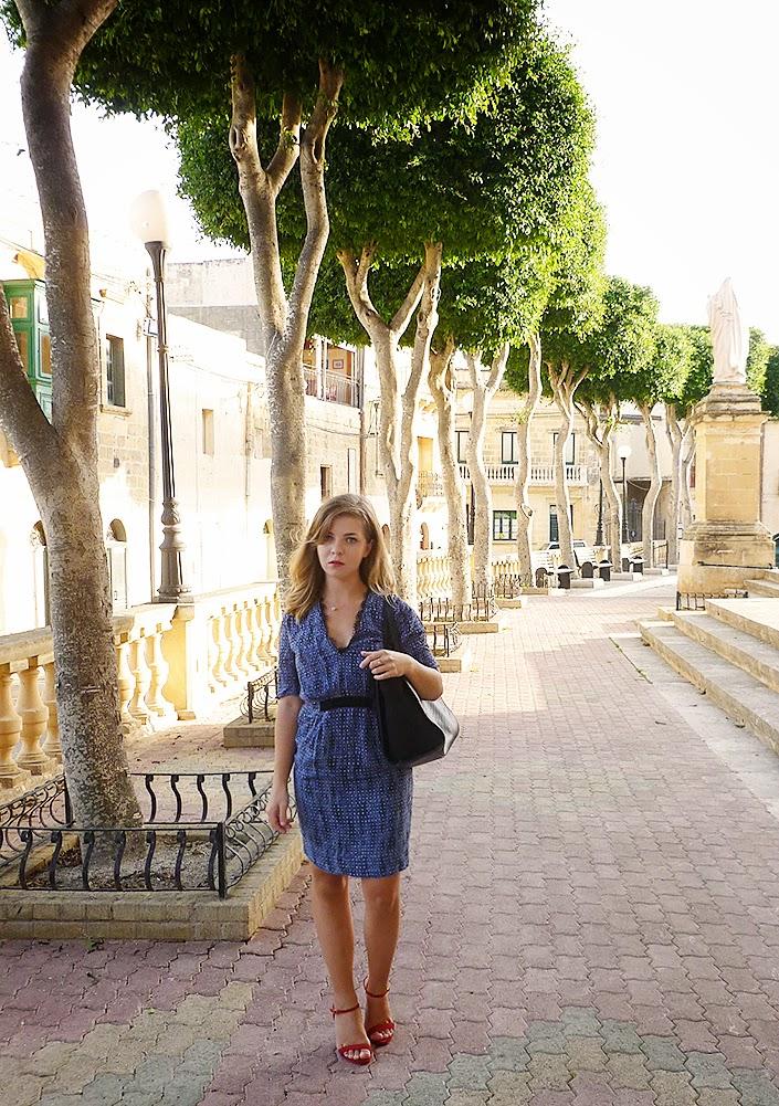 robe bleue, sandales rouges, color block, idée de tenue, inspiration look