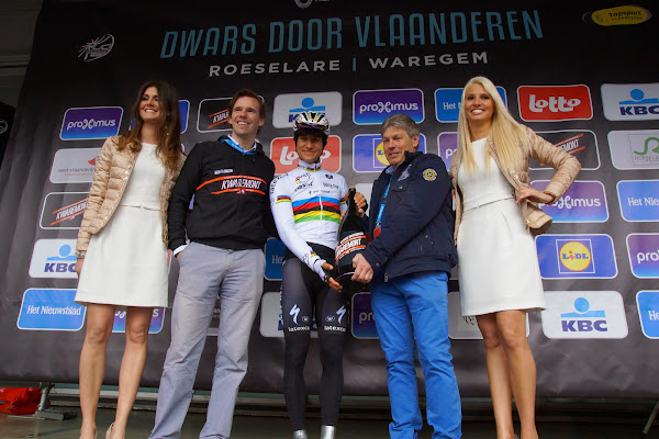 Wereldkampioen Michal Kwiatkowski ontvangt Kwaremont bier bij start van Dwars door Vlaanderen, op de Grote Markt in Roeselare