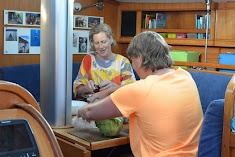 Aranka en Vera snijden groenten