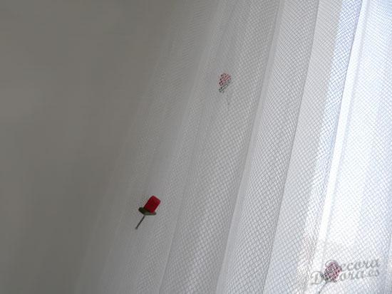 Decorar con rosas una cortina de visillo.