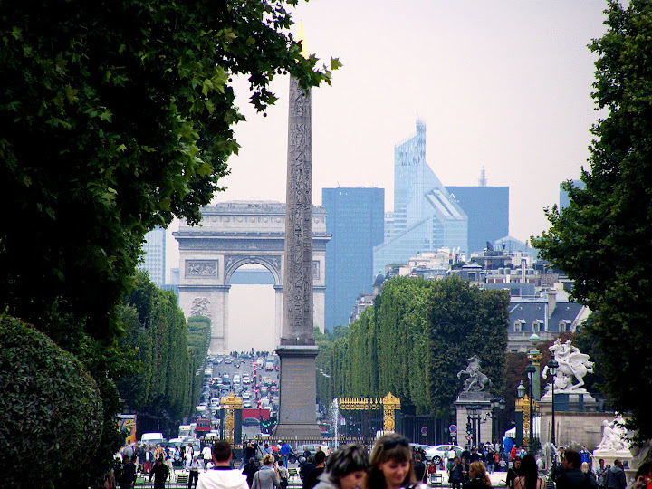 Obelisco de la plaza de la Concordia y el Arco del Triunfo al fondo a través de los Campos Eliseos