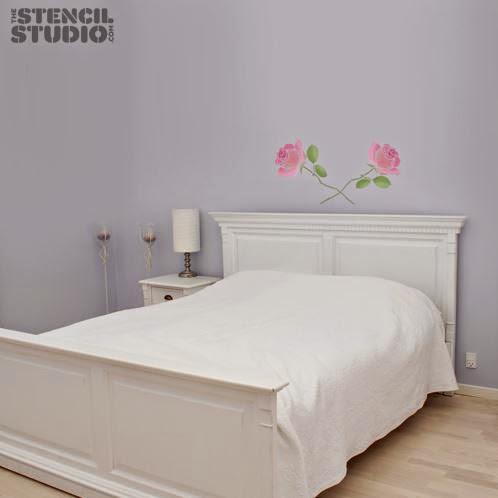 Pintar rosas en el cabecero de la cama.