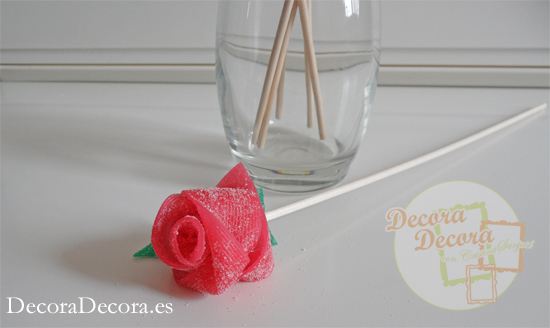 Cómo hacer rosas de regaliz de gominola.