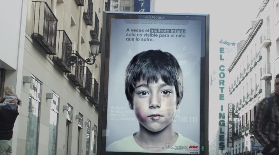 *身高視差只有孩童才看見的求救訊息:ANAR Foundation 西班牙家暴廣告! 5