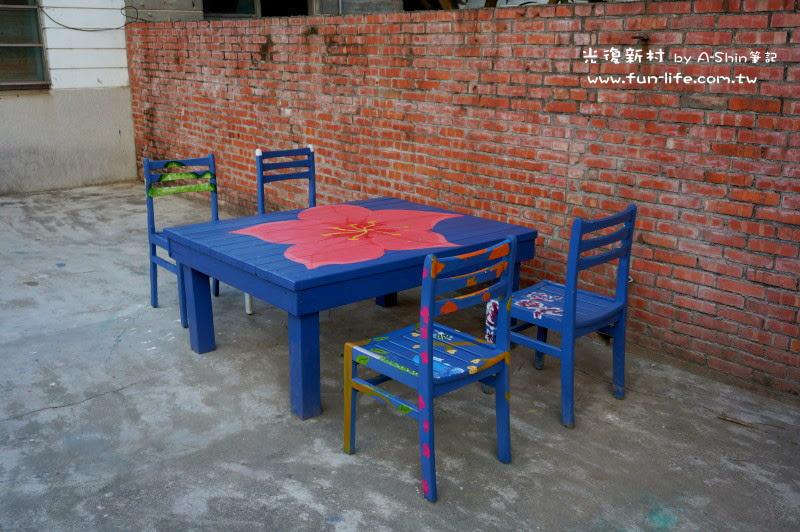廢棄的課桌椅多了彩繪,幫光復新村增添了不少美感