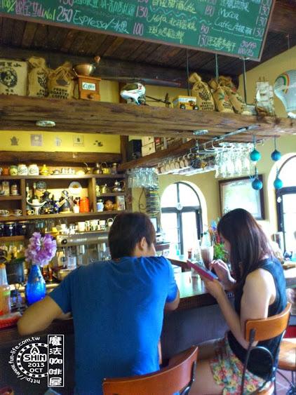 魔法咖啡屋吧檯有酒吧的感覺,很特別