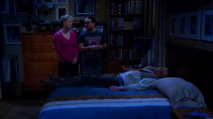 The big bang theory 8×13. Penny y Leonard durmiendo a Sheldon