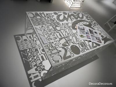 Mesas originales con letras y palabras.
