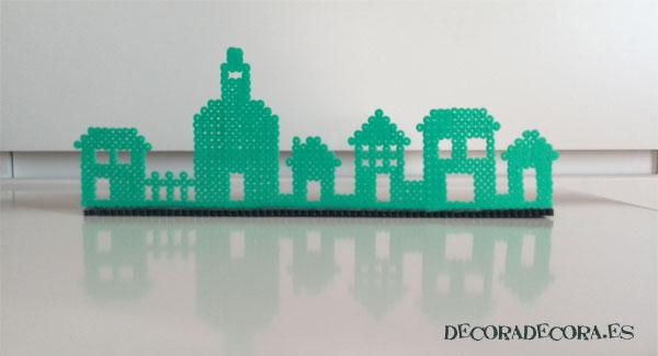 Un adorno decorativo con forma de pueblo