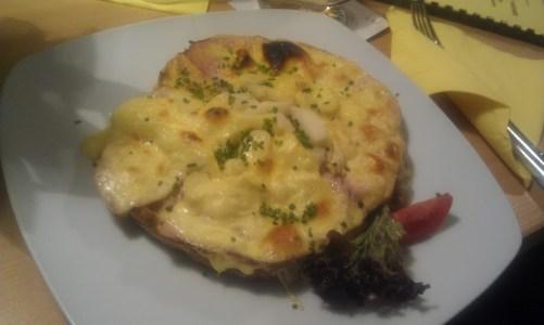 Spargeltoast - Brot mit Spargel, Schinken und Käse überbacken - ziemlich viel