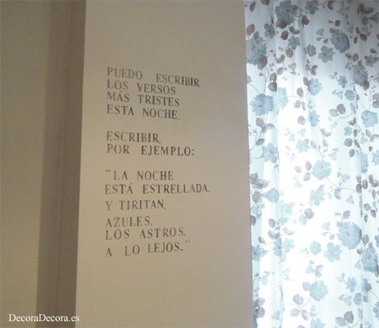 Decorar la pared con un poema.