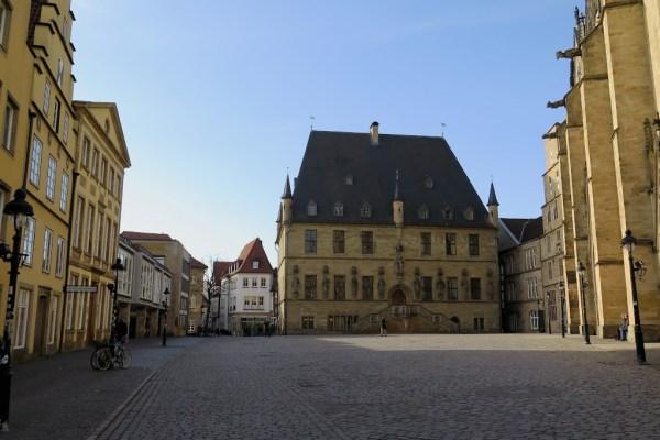 Der Marktplatz mit der Marienkirche und dem Rathaus