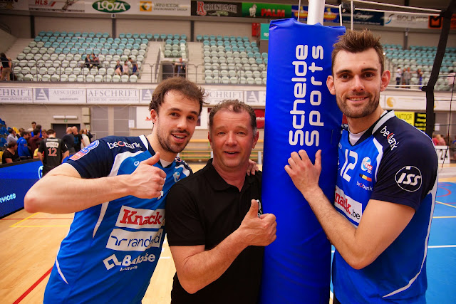 Piet Samyn, zot doen met de spelers van Knack Roeselare