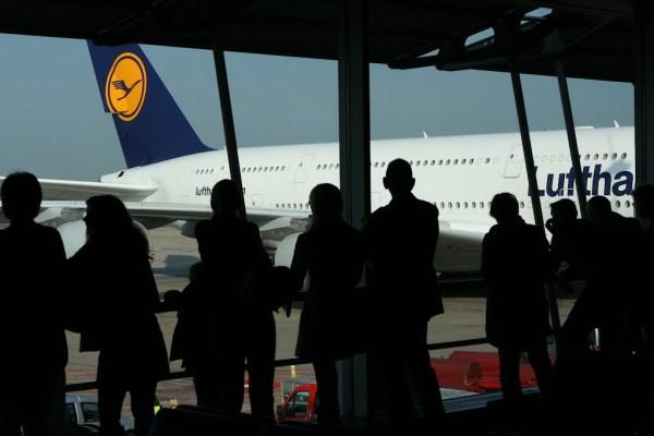 Die Passagiere werfen am Gate einen neugierigen Blick auf den Flieger