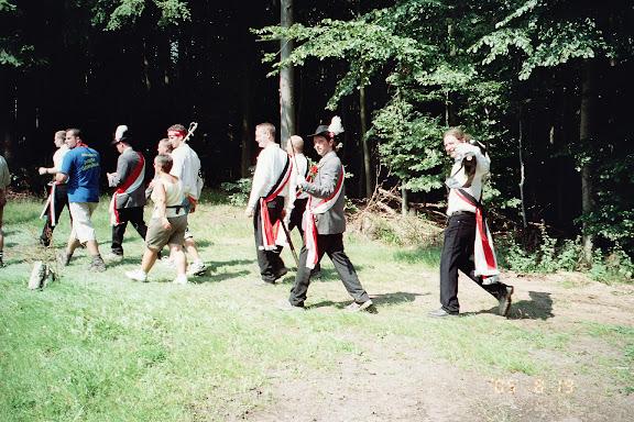 Bild: Männer beim Grenzgang in Biedenkopf drohen mit ihren Säbeln