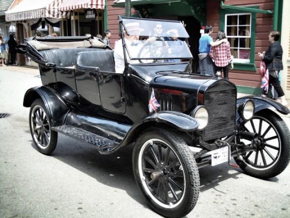 古董車也加入遊行隊伍