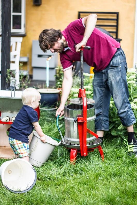 Rengøring af mostpresse - Brødrene Bækgaard laver æblemost - Mikkel Bækgaards Madblog