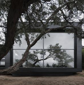 casa-con-fachada-de-madera-negra