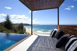 Casa-de-playa-con-piscina-de-borde-infinito