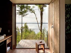 Moderno-baño-revestido-en-madera