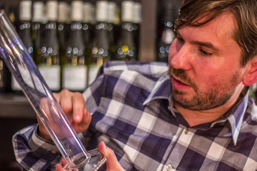 Rasmus måler op - Brødrene Bækgaard blander vin - Mikkel Bækgaards Madblog