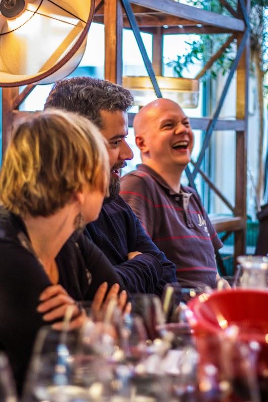 Madbloggere morer sig - Brødrene Bækgaard blander vin - Mikkel Bækgaards Madblog