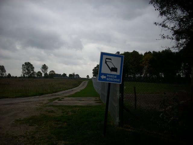 Na lewo - do hotelu, z prawej - wybieg zebr
