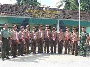 Foto Bareng Dengan Komandan KORAMIL 0826/09
