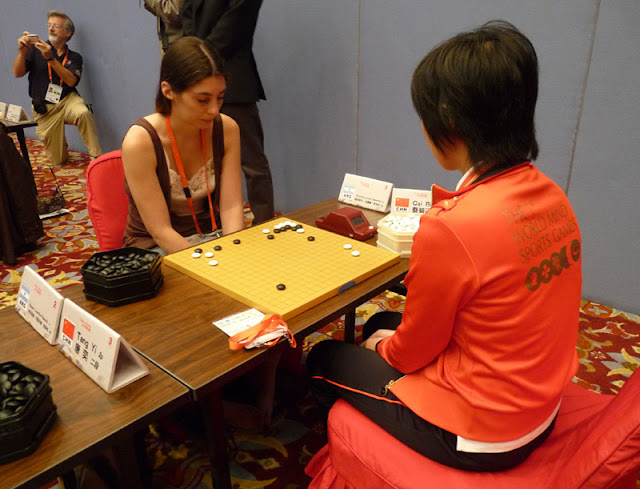 Veronica Zammitto playing go with professional Chinese player Cai Bihan