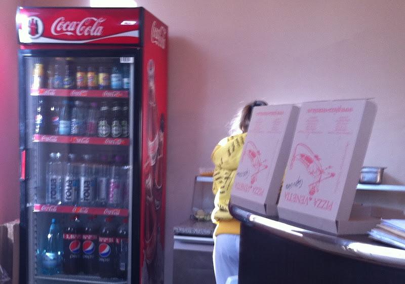 Pepsi intr-un frigider Coca-Cola